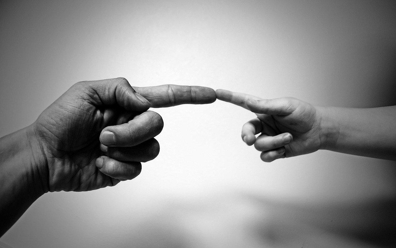 Yhteen koskettavat sormet