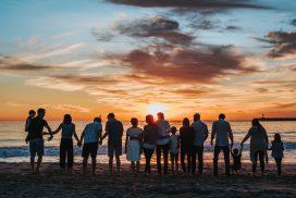 Paljon rannalla seisovia ihmisiä.